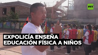 Expolicía chino da clases de Educación Física a alumnos de primaria | @RT Play en Español
