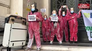 """Milano, protesta alla Banca d'Italia in stile """"Casa di carta"""": il video"""