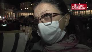 """Napoli, migliaia di persone in piazza: """"Moriamo di fame"""". Applausi alla polizia"""