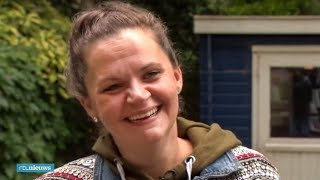 Mabel hopte van bank naar bank, maar heeft nu toch een huis - RTL NIEUWS