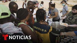 Ayudan con agua y comida a migrantes hacinados en Acuña   Noticias Telemundo