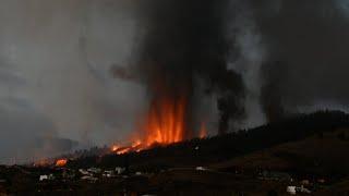 Miles de evacuados y al menos cien casas destruidas por la erupción de un volcán en Canarias
