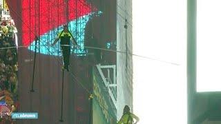 Koorddansers stunten 120 meter boven Times Square in New York - RTL NIEUWS
