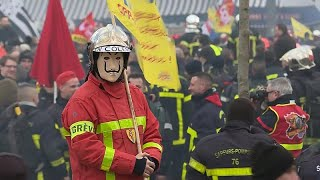 Enfrentamientos entre policías y bomberos en París
