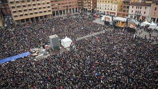 """Milhares de """"sardinhas"""" fazem frente à extrema-direita de Salvini"""