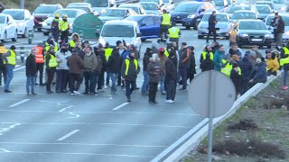 Taxistas cortan M-40 y provocan importantes retenciones
