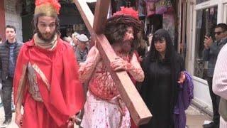 Cristianos recrean con fervor el viacrucis de Jesús en las callejuelas deJerusalén