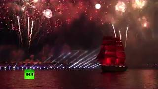 圣彼得堡红帆节庆祝高中生毕业