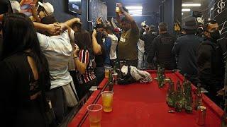 Polizeirazzia in brasilianischer Bar
