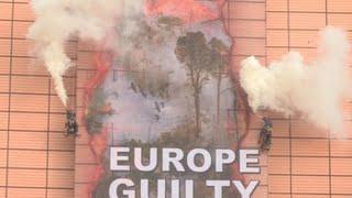 ENCE Greenpeace despliega en la CE una pancarta gigante contra la deforestación de la Amazonía