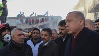 les secouristes turcs fouillent les débris à la recherche des rescapés du séisme
