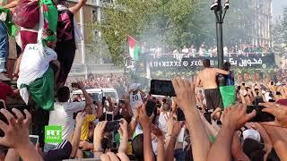 Les joueurs de l'équipe d'Algérie paradent dans une capitale électrisée
