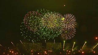 Лучшие пиротехники планеты раскрасили ночное столичное небо тысячами фейерверков.