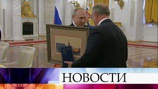 Перед началом заседания Госсовета Владимир Путин поздравил с юбилеем Геннадия Зюганова.