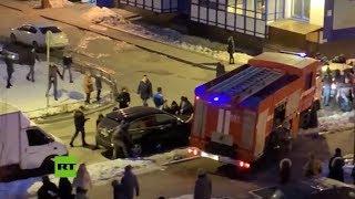 Peatones levantan autos para que pase un camión de bomberos en Rusia